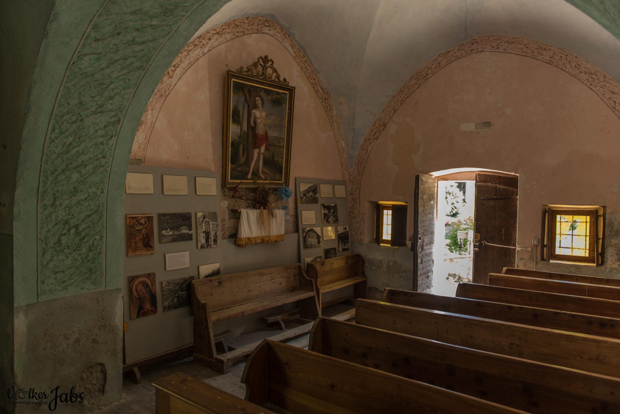 Kircheninneres einer alten Kirche im Valle Maira