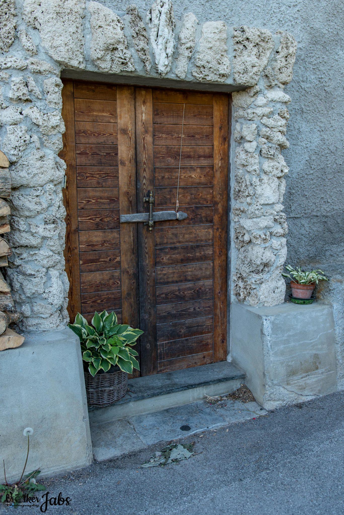 Tür eines Steinhauses im Valle Maira
