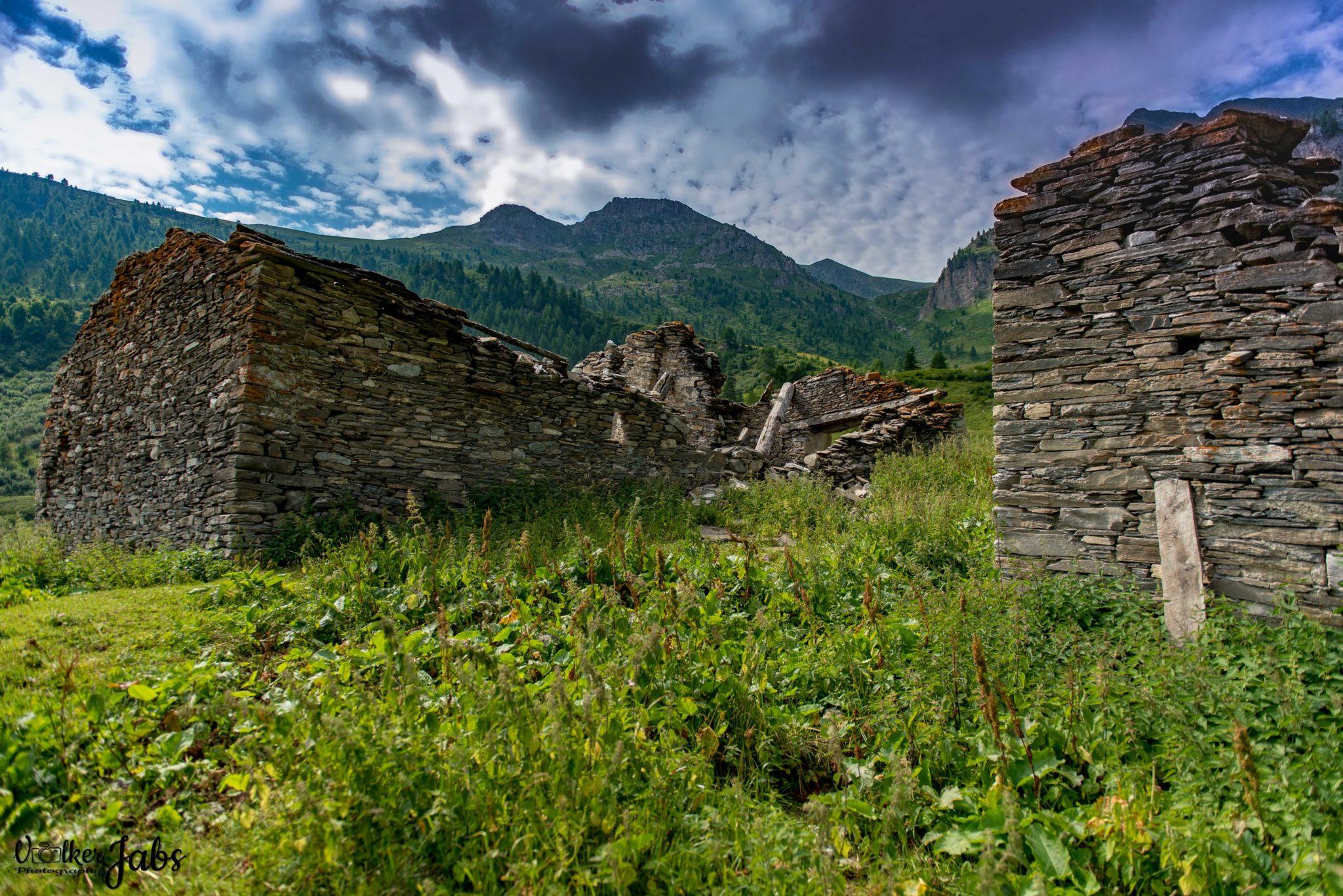 Zerfallene Steinhäuser im Valle Maira