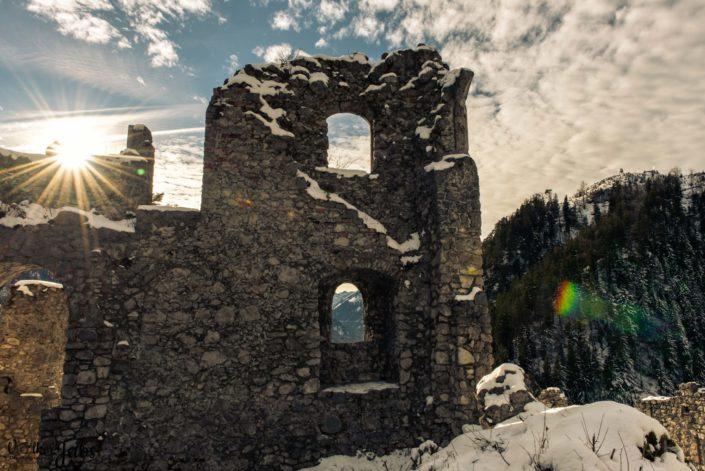 Burg Ehrenfels im Gegenlicht am Fernpass